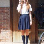 Schuluniform bei sonnigen Morgen